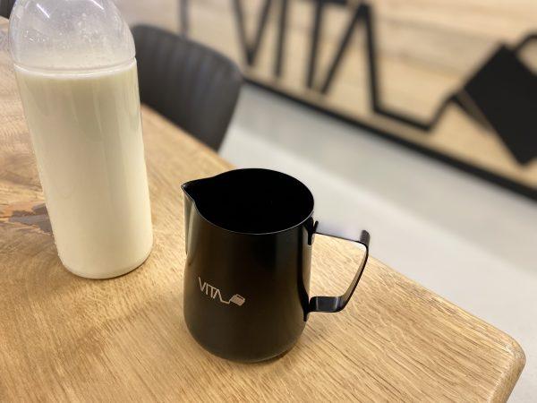 Melkkan met melk van de boerderij